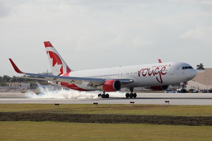 Boeing B767-333ER, Air Canada Rouge, registrace C-GHLQ